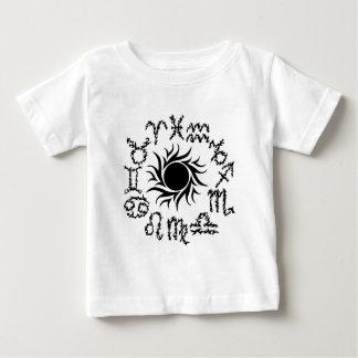 Stam- zodiac undertecknar i en cirkla runt om en t shirts