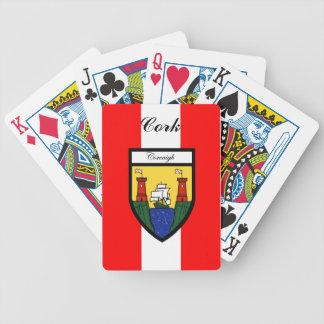 Ståndsmässig kork som leker kort spelkort