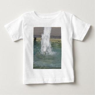 Stänk av fontänvatten i en solig dag tröjor