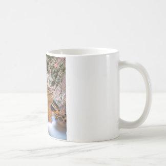 Starkt stenigt flodflöde för vatten kaffemugg