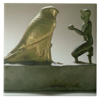 Staty av kungen Taharqa som tillber falk-guden Kakelplatta
