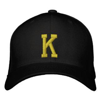 Stava det ut det initiala bolllocket för brev K Broderad Keps