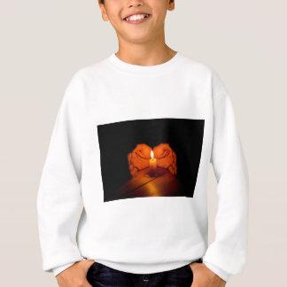 Stearinljuset händer, flammar, trä t-shirt