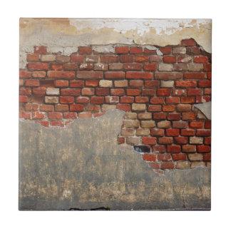 Stena väggen av den gammala tegelstenen och kakelplatta