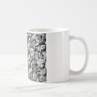 Stenar på en strand i sverige kaffe muggar