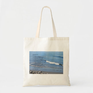 """Stenig kust för strandvågar med dikt """"gåvor av en  tygkasse"""