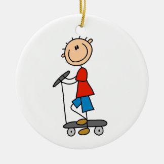 Stick figurpojke på sparkcykeln julgransprydnad keramik