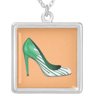 Stiletten pumpar, görar grön på orangen silverpläterat halsband