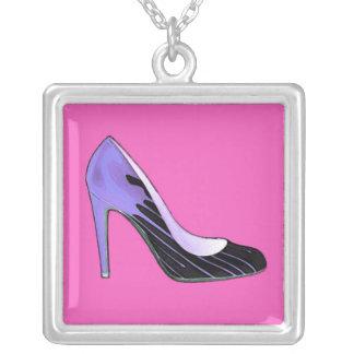 Stiletten pumpar, slösar på shock rosa silverpläterat halsband