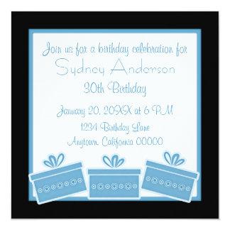 Stilfull presenterfödelsedagsfestinbjudan, blått fyrkantigt 13,3 cm inbjudningskort
