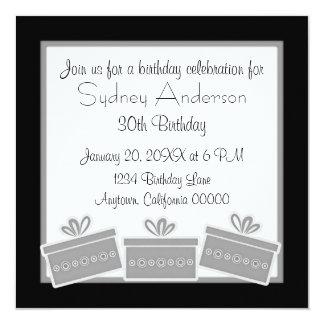 Stilfull presenterfödelsedagsfestinbjudan, grått fyrkantigt 13,3 cm inbjudningskort