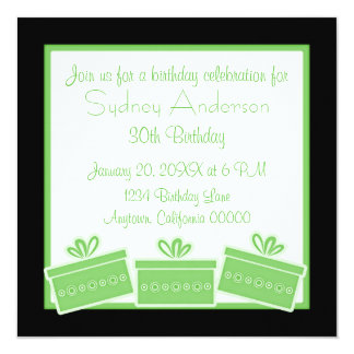 Stilfull presenterfödelsedagsfestinbjudan, grönt fyrkantigt 13,3 cm inbjudningskort