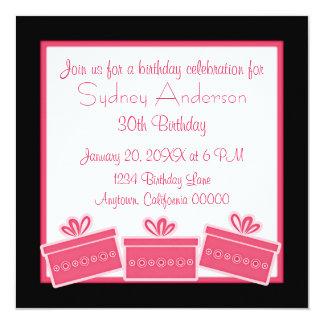 Stilfull presenterfödelsedagsfestinbjudan, rosa fyrkantigt 13,3 cm inbjudningskort