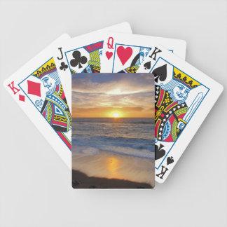 Stillahavs- solnedgång som leker kort spelkort