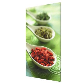 Stilleben av 3 kinessoppaskedar med kryddor canvastryck