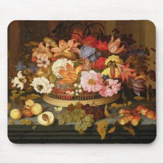 Stilleben av frukt och en basket av blommor musmatta