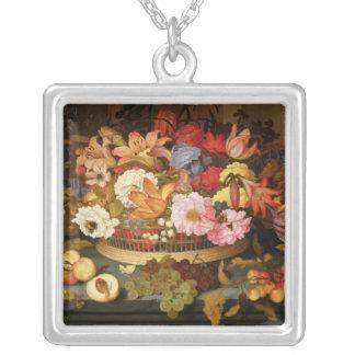 Stilleben av frukt och en basket av blommor silverpläterat halsband