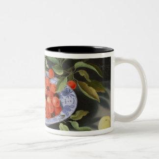 Stilleben av körsbär och persikor Två-Tonad mugg