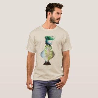 Stilleben för blåttgröntron som visades på sanden, t-shirt