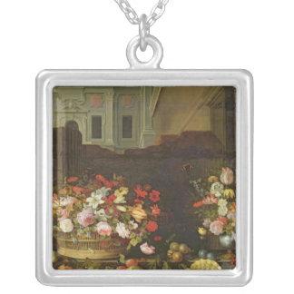 Stilleben med blommor, frukter och snäckor silverpläterat halsband