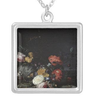 Stilleben med blommor och insekter silverpläterat halsband
