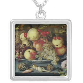 Stilleben med frukt, blommor och skaldjur silverpläterat halsband