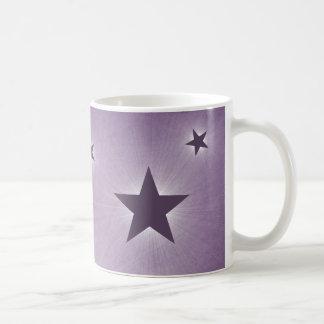 Stjärnor i muggen för natthimmel, lilor kaffemugg
