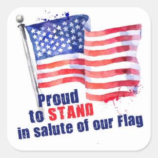 Stolt att stå i honnör av vår flagga fyrkantigt klistermärke