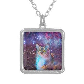 Stolt katt med utrymmebakgrund silverpläterat halsband