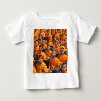 Stor grupp av att meditera munkar t-shirt