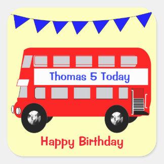 Stor röd bussgrattis på födelsedagen för ungar fyrkantigt klistermärke
