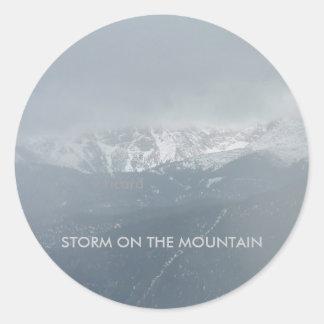 Storm på bergklistermärken runt klistermärke