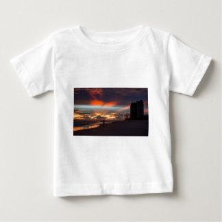 Stormig solnedgång t shirts