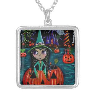 Stort öga ridning för Halloween häxaflicka i en Silverpläterat Halsband