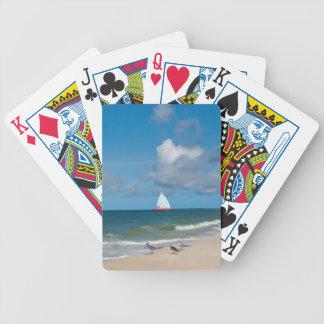 Strand segelbåt, fåglar, hav som leker kort spelkort