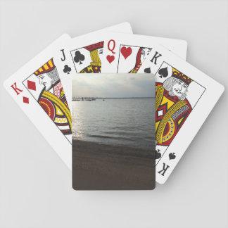 Strand som leker kort spel kort