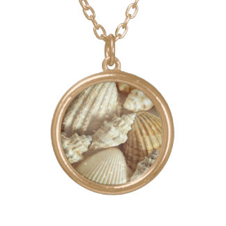 Stranden beskjuter stilleben guldpläterat halsband