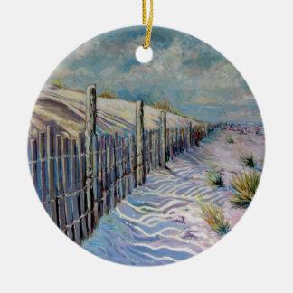 Stranden går rund julgransprydnad i keramik