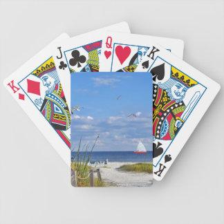 Stranden och hav beskådar att leka kort spelkort