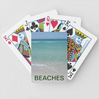 Stränder som leker kort spelkort