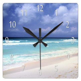 Strandlivhav beskådar tar tid på fyrkantig klocka