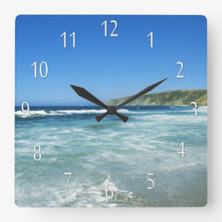 Strandlivhavet beskådar havväggen tar tid på fyrkantig klocka