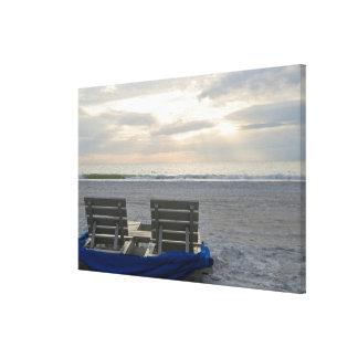 Strandstolar på strand för St. Petes på sunset.en Canvastryck