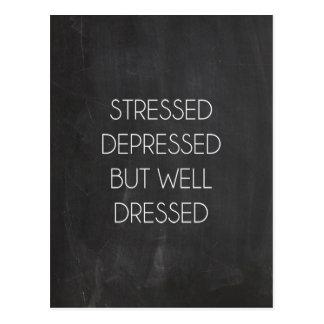 Stressat deprimerat men väl klätt vykort