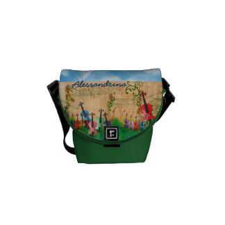 Stringed instrumenterar i gården med kurir väska