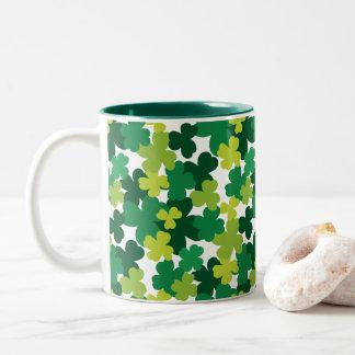 Sts Patrick mönster för dagShamrock Två-Tonad Mugg