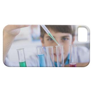 Student som gör vetenskapsexperiment 3 iPhone 5 Case-Mate fodraler