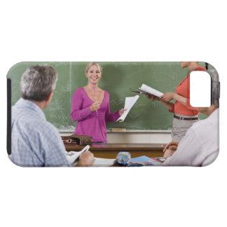 Student som talar för att klassificera och står iPhone 5 Case-Mate skydd