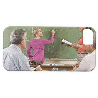 Studenter och lärare i klassrum iPhone 5 cover