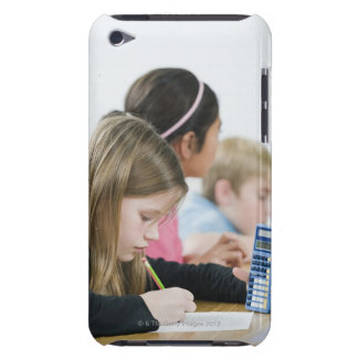 Studenter som gör matharbete i klassrum barely there iPod hud